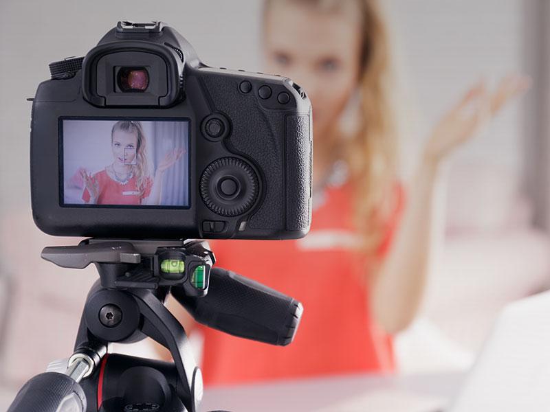 appareil hybride entrain de filmer une femme qui présente un produit
