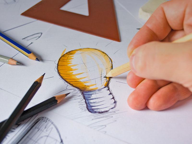 Esquisse à la main d'une ampoule pour symboliser la créativité